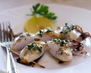 Calamars farcis à la grecque : http://www.fourchette-et-bikini.fr/recettes/recettes-minceur/calamars-farcis-la-grecque.html