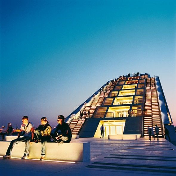 Dockland - Hamburg hat eine Kaufmannsseele und jedes Vergnügen seinen Preis: Wer in Neumühlen dem Himmel nahe sein möchte, muss 140 Stufen ...
