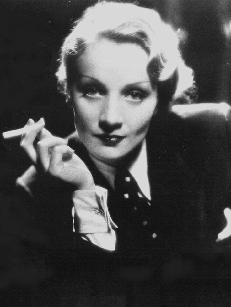 Marlene Dietrich, costume d'homme sur le dos © DR