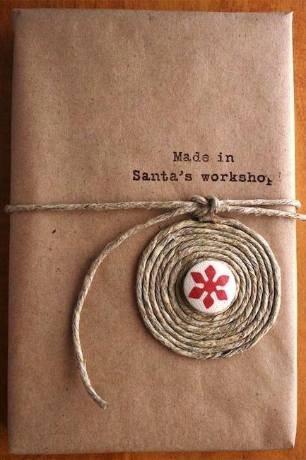 Enpaquetado sencillo pero con un toque original debido al adorno puesto con una cuerda. IV