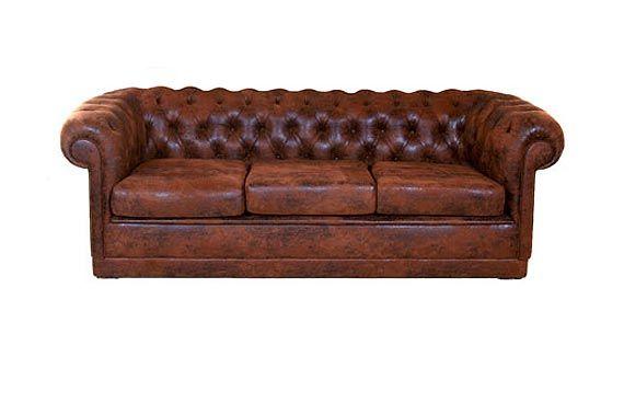 04/09/2009 01:09  O Chesterfield é um ícone do capitonê. Trata-se de um sofá imponente geralmente revestido de couro. Este é do Estúdio Glória. R$ 3.100