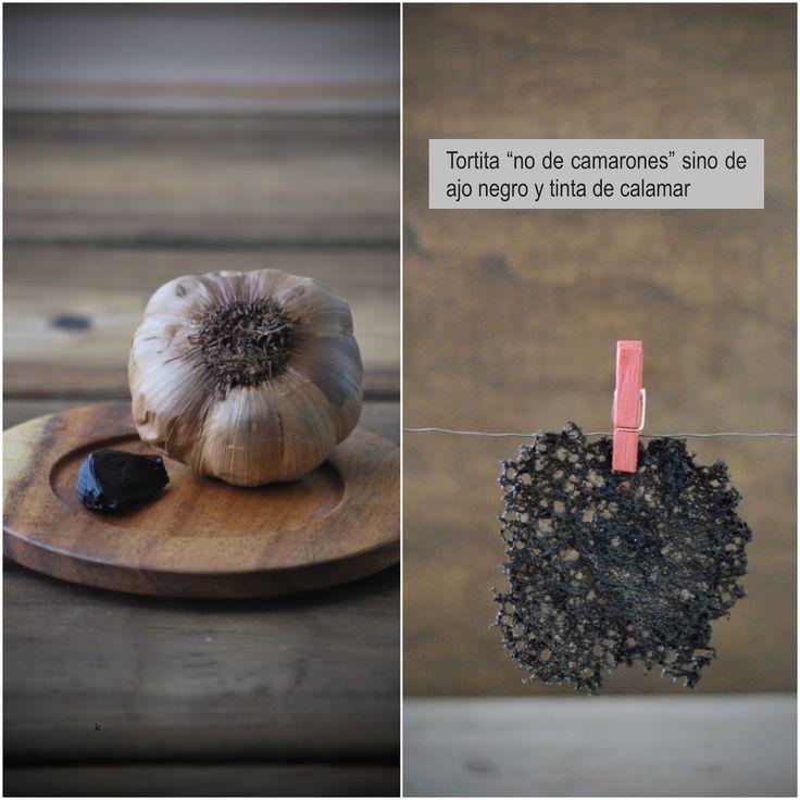 """Tortita  """"no de camarones"""" sino  de ajo negro y tinta de calamar, hiper crujiente. By Fresa y Pimienta"""