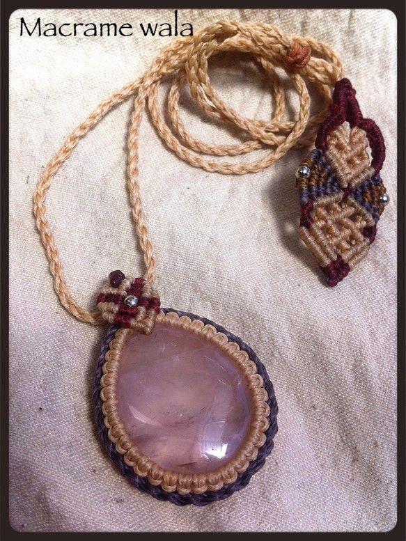 愛とやさしさの象徴とされ、女性の内なる美しさを輝かせてくれる石、ローズクォーツ。優しいベージュとパープルのロウ引きで編み上げました。トップのポイントにはガーネ...|ハンドメイド、手作り、手仕事品の通販・販売・購入ならCreema。