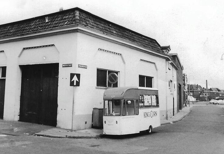 De bakker kwam vroeger nog bij de mensen in de straat, met de King Corn kar. King Corn was een merkbrood dat van 1965 tot begin jaren zeventig razend populair werd, dankzij de commercials met het jochie dat aankondigde bij Japie te gaan wonen. Want daar hebben ze King Corn op tafel... Weet je het nog? En weet je welke Almelose bakkerij we hier zien?