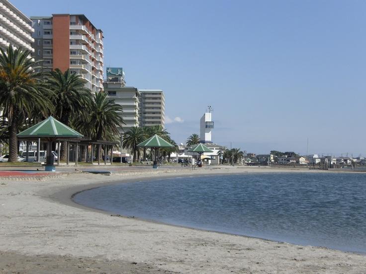 弁天島海浜公園内の海水浴場。遊歩道が整備され、景色を眺めながら海辺の散策が楽しめます。