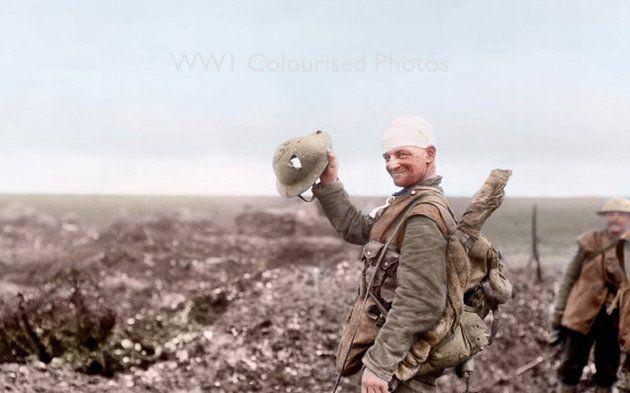 Sebesült katona mutatja az életét megmentő sisakját a somme-i fronton Beaumont-Hamel mellett 1916 decemberében