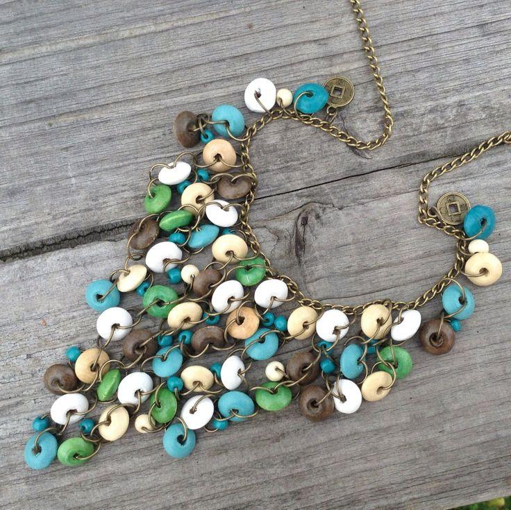 Dřevěný vodopád Výrazný náhrdelník z dřevěných barevných disků, mosazných kroužků a rokajlu. Délka přívěsu 10 cm, délka řetízku 48 cm, zapínání karabinka. Délku můžu na přání upravit K náhrdelníku se hodí náramek a náušnice