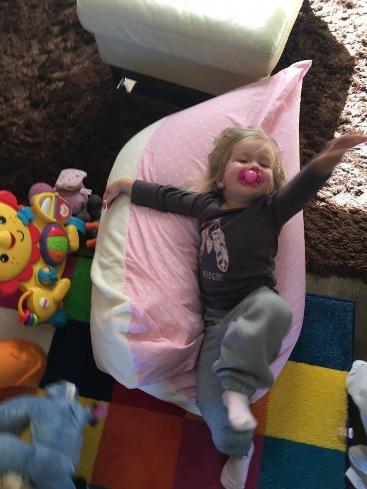 Gyerek babzsákfotel játék közben