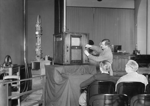 Erste Fernsehstube in Berlin: 1935 SPIEGEL ONLINE