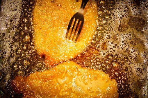 叩いて焼くだけ!鶏ささみで作る「パリパリささみチップス」が簡単で激うま! - Spotlight (スポットライト)      2. 片栗粉をまぶし、少なめの油で揚げ焼きする。    出典 http://www.gettyimages.co.jp  揚げるとなると油もたくさん使うし後片づけも面倒なので、揚げ焼きオススメです!