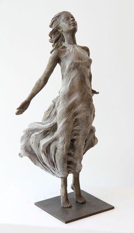 La artista china Luo Li Rong crea esculturas de bronce a tamaño real con forma de mujer, inspirándose en las técnicas de escultura del Renacimiento y Barroco.