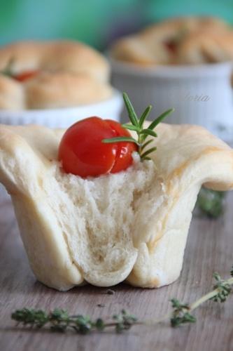 Bułeczki z mozarellą i pomidorkami czereśniowymi