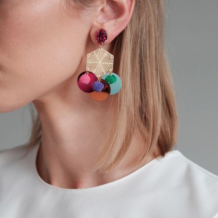 Lange statement oorbellen met unieke vorm. Onderaan hangen grote pailletten en pomponnetjes voor een instant feel-fabulous effect!