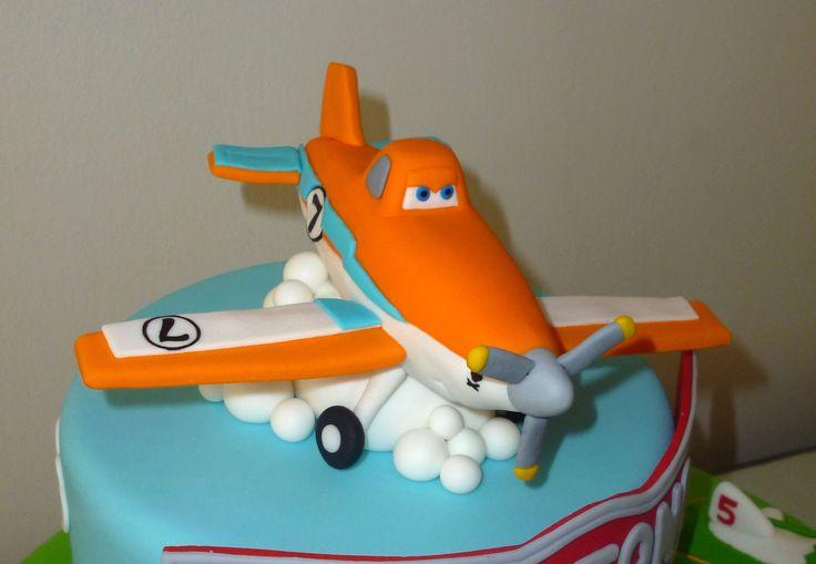 """Hi! in this video we will teach you to make Dusty from """"Planes"""" with gum paste. Hola!, En este video te enseñaremos a elaborar al avioncito Dusty de la pelíc..."""