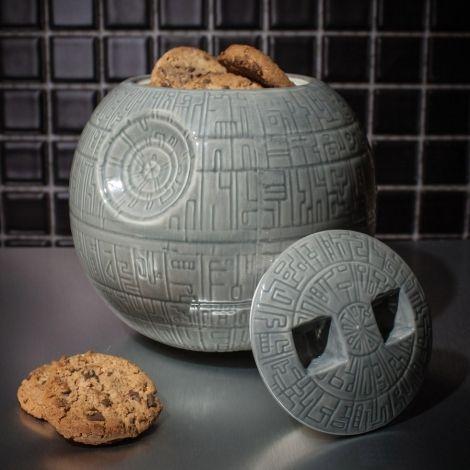 Quoi de plus sûr que l'Étoile de la Mort pour stockez vos précieux gâteaux ? Celle très jolie boîte à cookie vous rendra de grands services tout en décorant votre cuisine façon Star Wars ! Tout en céramique, c'est un produit de grande qualité qui fera le bonheur de tous les fans !