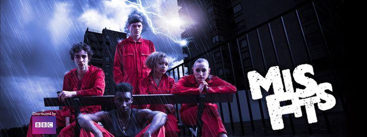 【Misfits/ミスフィッツ -俺たちエスパー!】奉仕活動を命じられた不良少年少女、ネイサン、カーティス、ケリー、アリーシャ、そしてサイモン。活動初日に彼らは嵐に襲われ雷に打たれてしまう。幸い無事だった5人だが、その体にはある異変が起こっていた。ある日突然、普通の人間に備わったサイキック・パワー。透明人間や過去へのタイムスリップなど、様々な能力の備わった決してヒーローではないサイキッカー達の苦悩と奮闘を描いたSFサスペンス。SFドラマ | BBC Worldwide