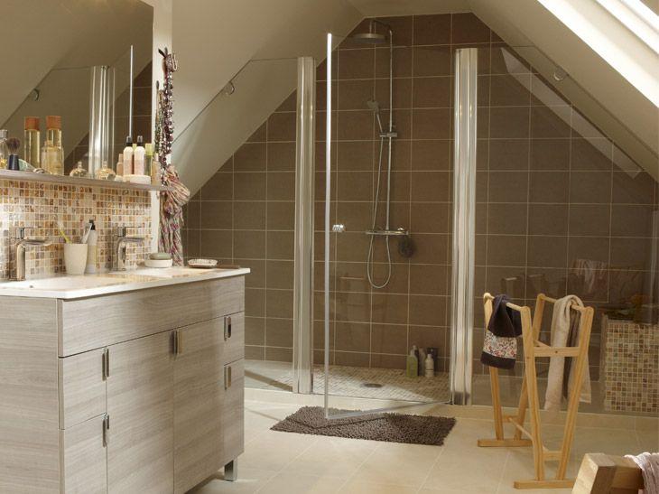 Salle de bains aménagée sous les combles avec des couleurs reposantes. Réf. : meuble Nova Chêne clair. Leroy Merlin