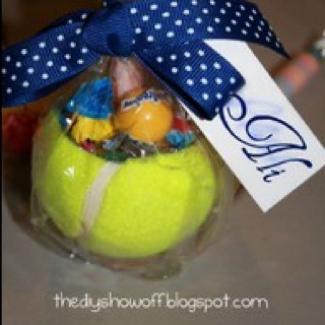 A way to decorate your table with a Tennis peace  