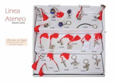 """https://mercantedisognivoghera.blogspot.it/2016/11/collezioni-la-ateneo-laurea-argentato.html   Collezioni L'A Linea """"ATENEO - LAUREA"""" Articoli in zama argentata con nappina rossa   MAPPAMONDI - TOCCO - STETOSCOPIO VIOLINO - CLESSIDRA - PRENDI APPUNTI CADUCEO - PORTA CHIAVI 3 SOGGETTI TERMOMETRO - BORSA MEDICO PENNE - FERRO CAVALLO - GUFO SEGNALIBRI - PORTA CHIAVE SINGOLO TAGLIACARTE - PENDENTE - BRACIALETTO"""