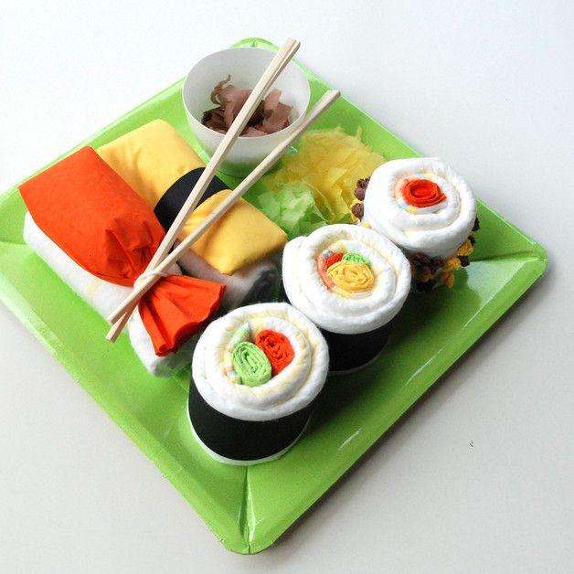 Geschenk für frischgebackene Mamas: Windeln, die wie Sushi auf einer Platte drapiert sind/ cute birth gift: diapers in a sushi box made by dm-babybauchdesign via DaWanda.com