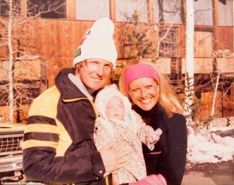 Trump y su exesposa Ivana cargando a Ivanka cuando era pequeña. Foto: DailyMail.com - Semana