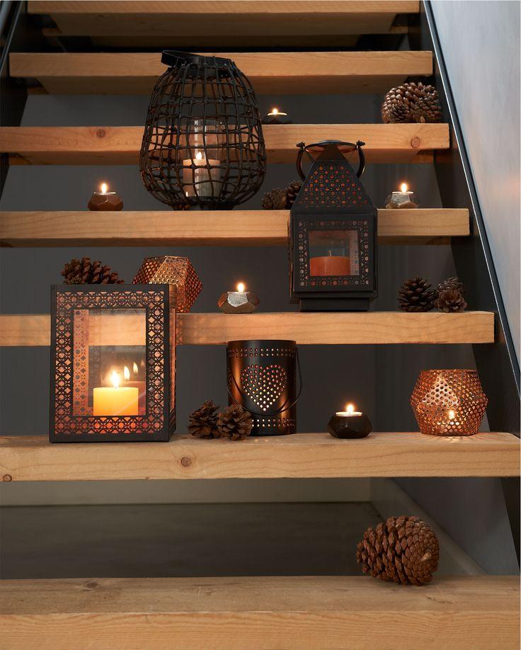 Combineer verschilende kaarsen, lantaarns en theelichthouders voor een speels effect #winter #kerst