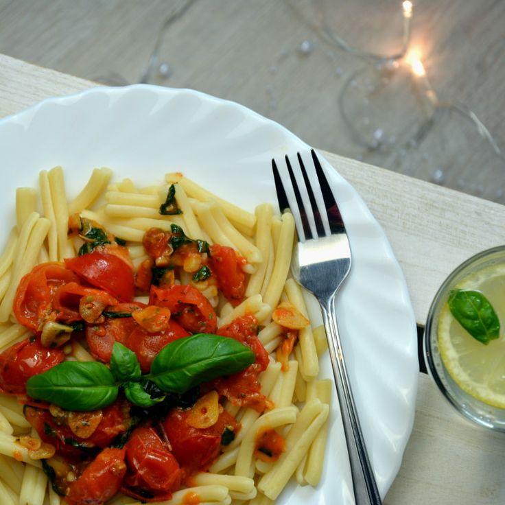 Przepis na makaron z pomidorkami koktajlowymi, bazylią i czosnkiem.