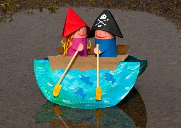 Basteln mit Kindern: Aus einem Pappteller können Sie mit Ihrem Kind ein Schaukelboot basteln, in dem ein Pirat aus einer Klopapierrolle mit einer Braut rudert. Wir erklären Schritt für Schritt in unserer Bastelanleitung, wie die süßen Figuren und das Schiff entstehen.