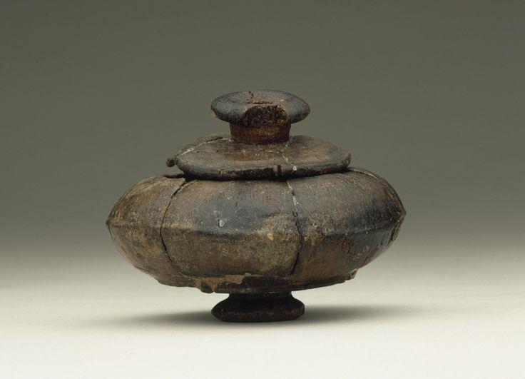 Hærens krigsmaling?  I Hjortspring blev fundet en håndfuld små drejede træbægre – såkaldte pyxider. Det er meget tidlige eksempler på drejede træsager her i Norden. Der er fundet lignende små bægre, dog af keramik, i Grækenland, Tyskland og på Bornholm. Og fra den græske, etruskiske og romerske verden kendes også drejede pyxider af træ – måske er pyxiderne fra Hjortspring importerede? Hvad de har været brugt til, kan vi kun gisne om. Måske har de indeholdt tændmateriale, der kunne bruges som…