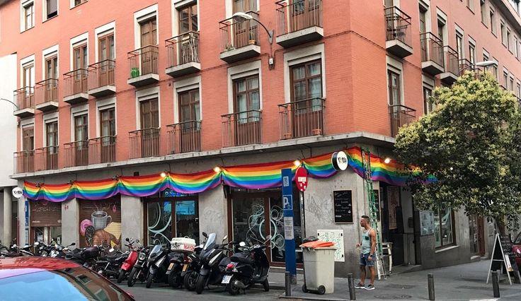 El propietario de Noma Food & Bar denuncia a sus vecinos por acoso homofóbico y vandalismo tras arrancar la bandera multicolor que había colocado en la fachada del edificio para mostrar su apoyo al colectivo LGBT coincidiendo con el WorldPride Madrid 2017.