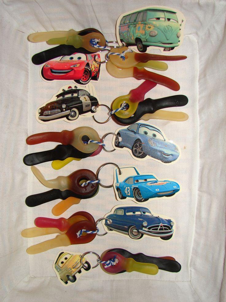 Cars sleutelhangers voor de jongens Check http://www.mamaweetjes.nl/tips-trics/school-traktatie-maken-de-26-leukste-ideeen/ voor meer traktatie ideeën!