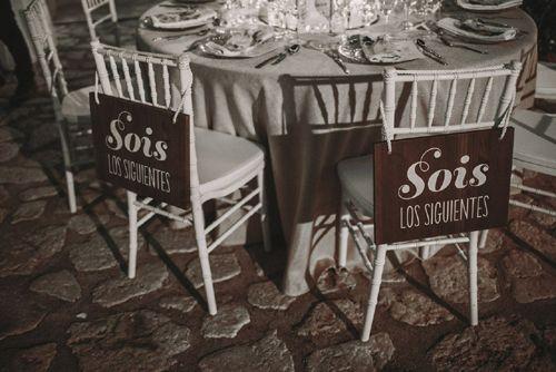 Originales señales para los próximos invitados que se casen.Original signals for the next guests to marry.