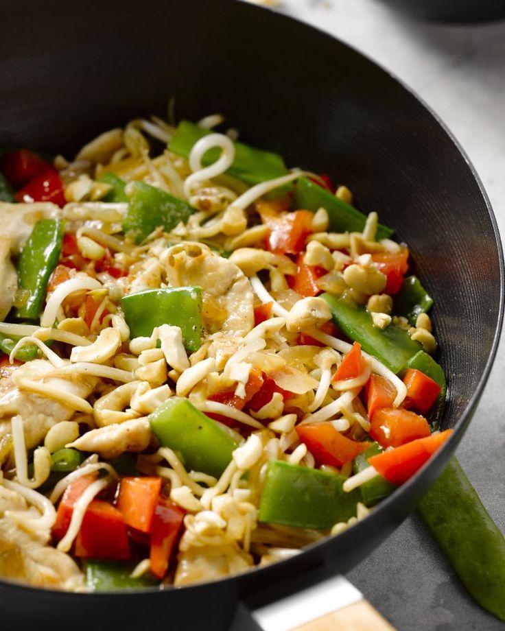 Chow mein zijn Chinese gewokte noedels met groenten en sojasaus, in dit geval met kip en cashewnoten. Een heerlijke wokschotel!