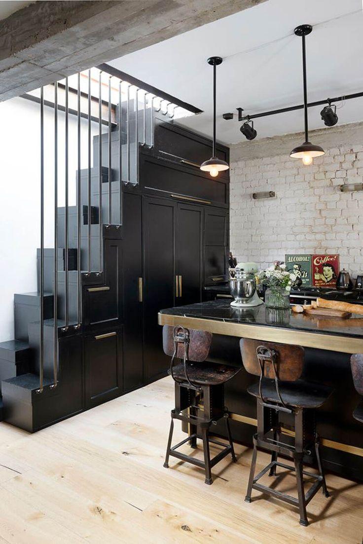 Un mobilier fait sur mesure qui aménage de rangements la cuisine et joue le rôle d'escalier