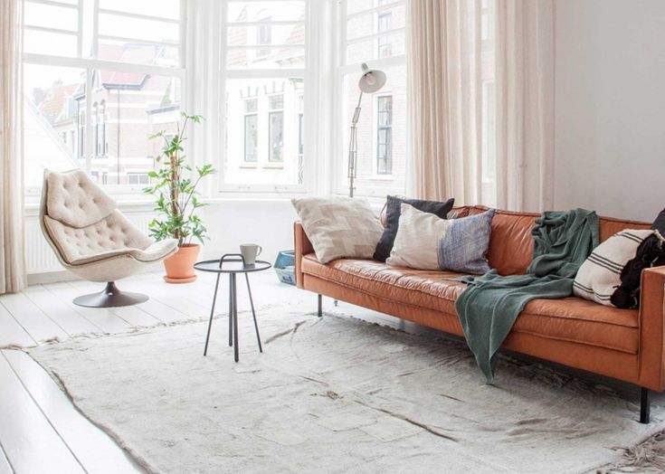 Shop the look: cognackleurige bank in een wit interieur