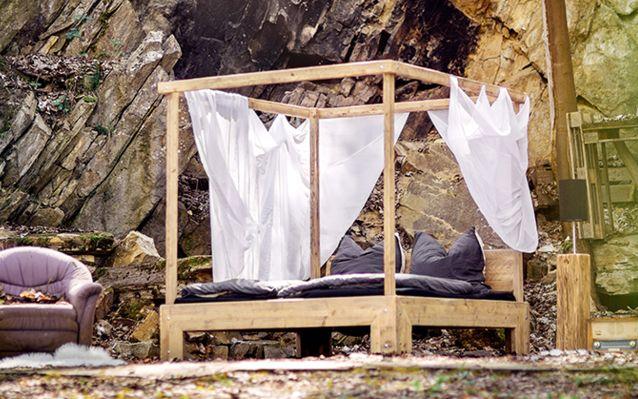Ein Himmelbett kann zusätzliche Privatsphäre bieten. Vielen hilft das Gefühl der Geborgenheit beim Einschlafen