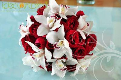 Hermoso ramo de rosas rojas y orquideas