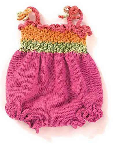 Renkli örgü ipler ile örülmüş örgü yazlık bebek tulumu