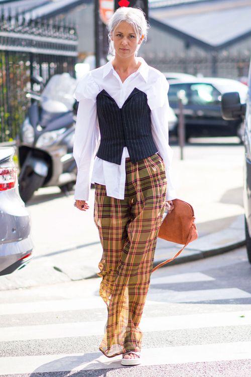 Le streetstyle lors de la fashion week de Paris est toujours le plus attendu. Focus: jupe à carreaux jaunes et bordeaux avec chemisier blanc et bustier noir