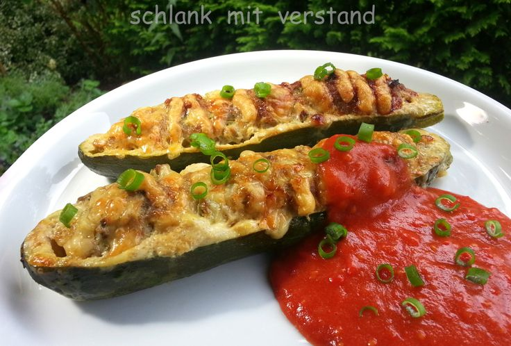 Gefüllte Zucchini mit Tomatenschaum (low carb) Zutaten (für 2 Personen): 4mittelgroße Zucchini 500 g Bio-Hackfleisch vom Rind 100g Champignons 1 Zwiebel 3 Eier 200g geriebenen Käse 6 groß…