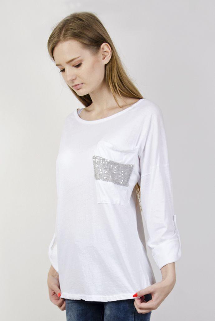 Biała bluzka ozdobiona cekinami na kieszonce