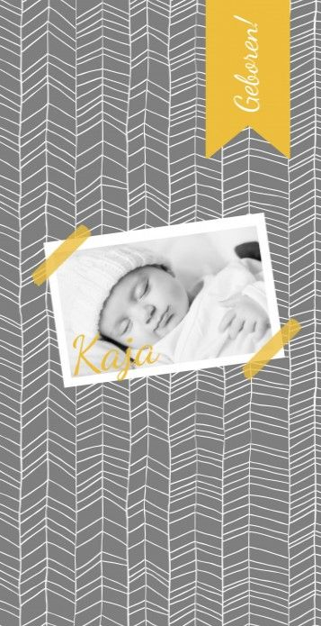 """Modern langwerpig geboortekaartje met de foto van jullie kindje """"opgeplakt"""" met masking tape op een scandinavische patroon achtergrond in grijs en oker geel."""