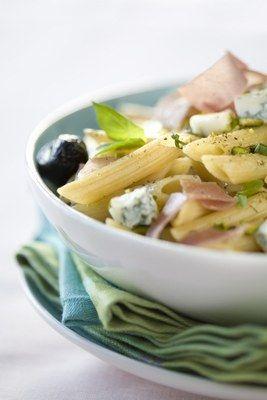 Recette de salade en plat unique - Salade de penne au gorgonzola, miam ! Préparation : 20 min Cuisson : 10 min Ingrédients (pour 6 personnes) - 400 g de pâtes type penne - 200 g de gorgonzola - 150 g de jambon de Parme - 1 poignée d'olives noires - 1 c...