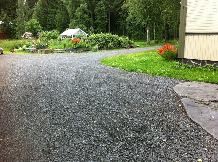 Musta kalliomurske 0-16 mm raekoolla on erinomainen pihateiden ja piha-alueiden yleispinnoite. Karkea murske kantaa auton painon hyvin, eikä pihalta kantaudu sisälle kuraa kuten kivituhkasta. Piha tasoittuu ja tamppautuu kovaksi ja sileäksi.