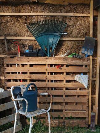 garden-tool-organizer - reuse wooden pallet