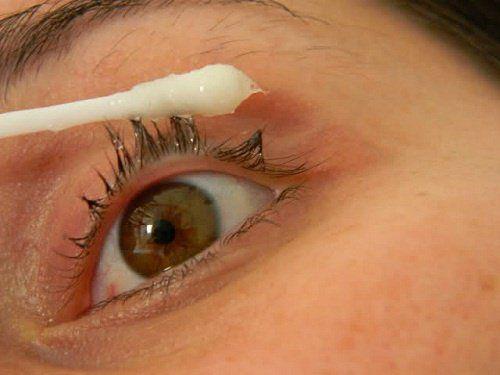 Sugerimos o uso do óleo essencial de rícino e de coco para hidratar, nutrir e estimular o crescimento dos cílios, embelezando o olhos. Saiba mais aqui!