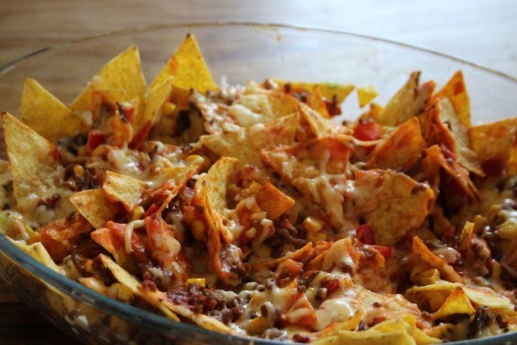 Warme nachos zijn heerlijk! In restaurants of cafés worden ze vaak geserveerd als voorgerecht of als snack. Meestal zijn ze noch machtig ook. Gisteren maakten wij zelf een Nacho Ovenschotel als hoofdmaaltijd en lekker dat het was :-)