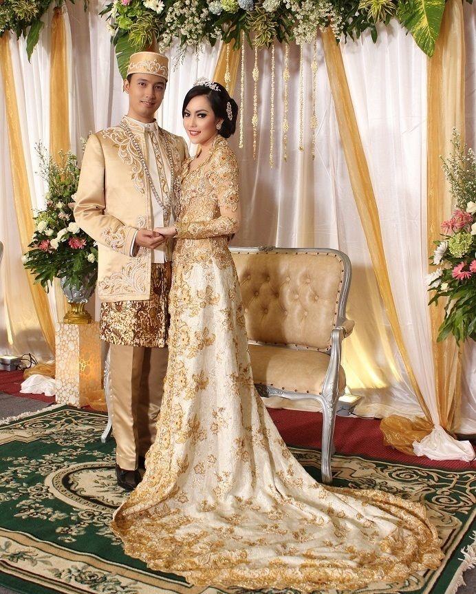 MELATI GRIYA PENGANTIN (Sewa kebaya - makeup pengantin - paket pernikahan JawaSundaBetawi) Contact US:  Ph : 085697032253 WA : 0811893680 Tlp : 021-47866903 http://ift.tt/1QCZnq9 E-mail : melatipengantin@yahoo.com Twitter :@melatipengantin Facebook : Melati Griya Pengantin Instagram : @melatipengantin Buka : Senin - Minggu Pk.9:00 pagi - 6:00 sore Konfirmasi sebelum datang ke showroom #melatigriyapengantin #pernikahan #kebaya #beskap #riaspengantin #rias #makeup #sanggul #tradisonal #bridal…