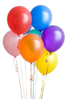 Cadeaus uitpakken: Schrijf de naam van iedere gast op een klein papiertje en stop dat in een ballon die je vervolgens opblaast. Hang de ballonnen eventueel op. De jarige mag als eerste een ballon kappot prikken. Het kind van wie de naam erop staat mag zijn/haar cadeau geven en daarna zelf een ballon kapot prikken.