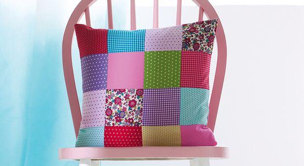 Un coussin fleuri au patchwork Vous débutez en patchwork et voulez réaliser un premier ouvrage facile ? Découvrez le tutoriel de ce coussin fleuri, accessible aux débutantes.